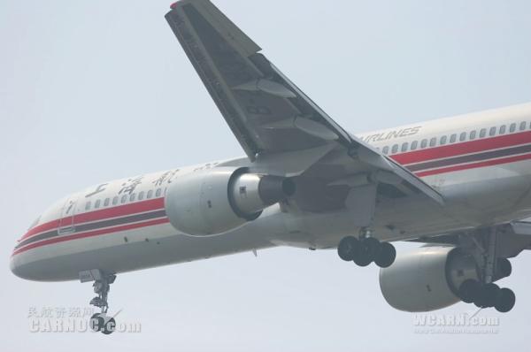 飞机起落架对飞机整个起降滑行来说都起着至关重要的作用,是飞机和乘客生命安全的保障之一。起落架是航空器下部用于起飞、降落或者在地面滑行时支撑航空器,并且用于地面移动的附件装置。起落架是唯一一个支撑整架飞机的部件,因此它是飞机不可分缺的一部分;没有它,飞机便不能移动。当飞机起飞后,可以视飞机性能而收回起落架。   那么,飞机起落架有哪些部分组成呢?资料显示,起落架的最下端装有带充气轮胎的机轮。为了缩短着陆滑跑距离,机轮上装有刹车或自动刹车装置。此外还包括承力支柱、减震器(常用承力支柱作为减震器外筒)、收