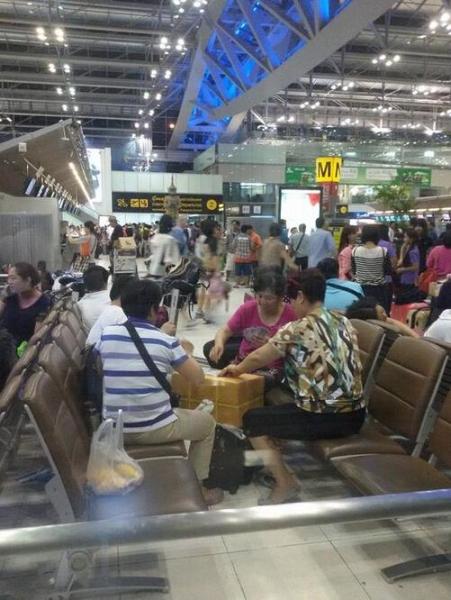 中国大妈在曼谷机场围成圈打牌 遭泰国人痛批