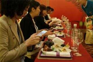 """""""第一届民航服务峰会""""嘉宾餐点全部为厦航机上航空餐,嘉宾更可现场感受厦航空乘的机上送餐服务。这也成为了本届峰会的一个亮点。 (摄影:崔振涛)"""