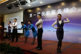 厦航空乘人员展示服务礼仪 (摄影:崔振涛)