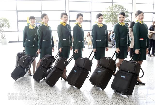 高清:春秋航空首批台湾籍空姐亮相上岗