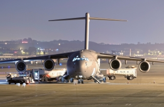 "C-17""环球空中霸王Ⅲ""(GlobalMasterⅢ)是麦道公司(现并入波音公司)为美国空军研制的一种采用上单C17""环球霸王翼、四发、T形尾、带后卸货扳的新型运输机。机身长53.04米,机高16.79米,翼展51.81米,外形尺寸与C-141相当。United Arab Emirates - Air Force1224号BOEING C-17A GLOBEMASTER III型飞机。民航图库图片,摄影:民航资源网网友""sunshy0621""。浏览作者图库原帖《[原创]★[DLC]送走1226迎来1224★》。"
