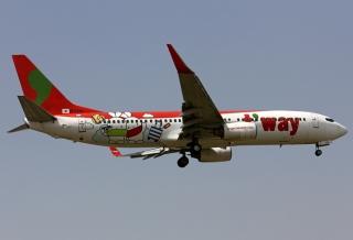 """德威航空HL8294号BOEING 737-800型客机。民航图库图片,摄影:民航资源网网友""""skerry""""。浏览作者图库原帖《[原创]***【TSN飞友会】德威航空的新彩绘-Travel with Booto!***》。"""