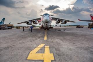 俄罗斯伊尔-76运输机参与尼泊尔救灾(图片来源:Englishrussia)