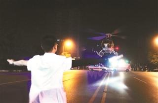 直升机夜航救人 30余警察打手电协助降落
