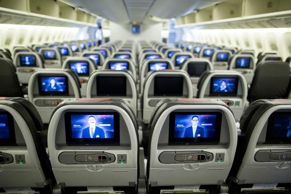 座位上亮着的显示屏.-波音为增777座位数出大招 卫生间缩小多装14