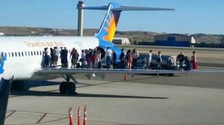 忠实航空疑燃油泄漏 乘客打开安全门涌上机翼