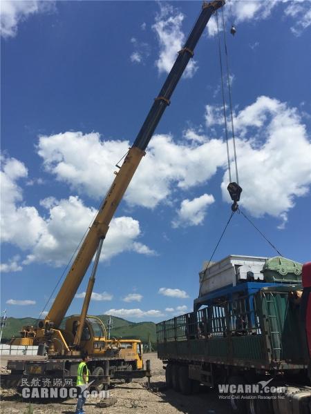 机场劝阻吊车收回超高吊臂 KN2985安全落地
