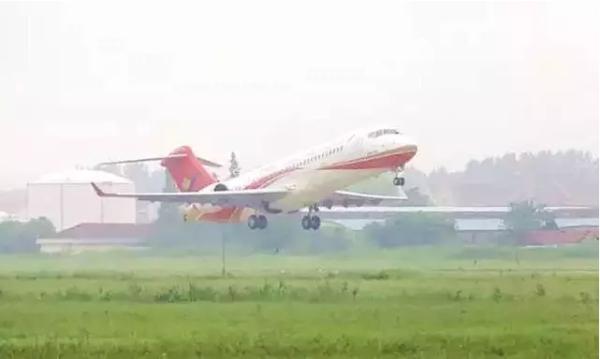 ARJ21飞机105架机首次开展成航飞行员带飞训练