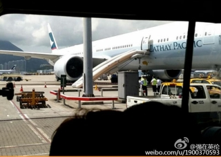 国泰航空客机起飞前滑梯意外弹出 航班延迟起飞