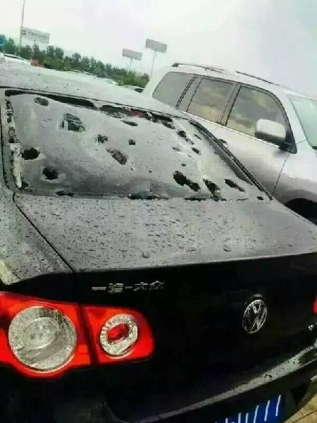 呼和机场冰雹大雨 停车场部分车辆严重受损