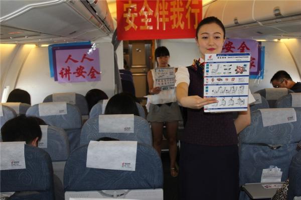 國航天津空姐空中與旅客共同進行安全演示