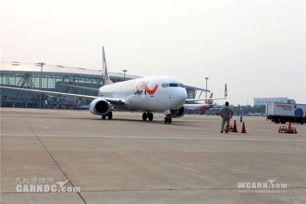 民航资源网2015年8月3日消息:7月26日和31日下午,两架崭新的波音737-800型客机在济南机场平稳落地,这也标志着B-1510号和B-1511号飞机正式加盟山航。据了解,这是山航今年引进的第七架和第八架飞机,配置有高级经济舱三舱布局。随着两架飞机的加盟,山航将加密部分暑期热点航线,进一步加大青岛、重庆等地的运力投放。   据了解,7月27日起,山航新开重庆盐城大连航线,航班号为SC8791/8792,每日一班,由波音737-800型客机执飞, 10:30重庆起飞,12:45到达盐城,13:3