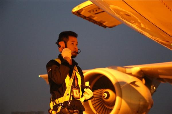 致敬!烈日镜头下的东航西北机务人