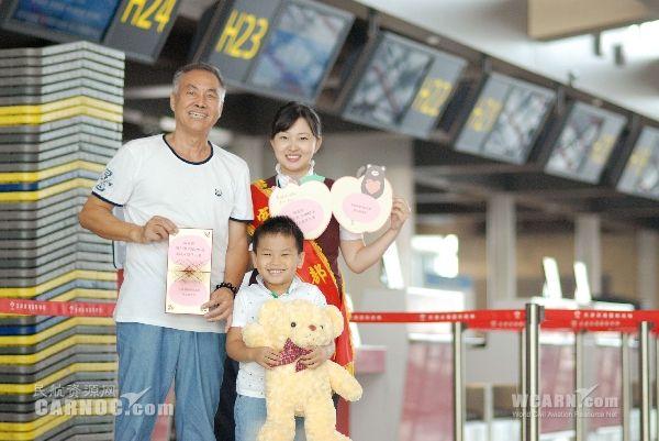 民航资源网2015年9月1日消息:8月31日,2015年暑运最后一天,天津机场迎来了第1万名无成人陪伴儿童。   天津机场自2000年正式推出无成人陪伴儿童服务以来,始终围绕让孩子开心、让家长放心的服务理念,不断探索,不断提升。随着天津机场旅客吞吐量的节节攀升,也迎来了越来越多的儿童,特别是在每年的寒暑假期间,更是儿童单独乘机出行的高峰期,最近几年更是以每年10%左右的幅度增长。做好无成人陪伴儿童的服务,为单独乘机出行的孩子们提供安全、快乐、有趣的服务,让家长们能够放心的把孩子们托给机场,是天津机场