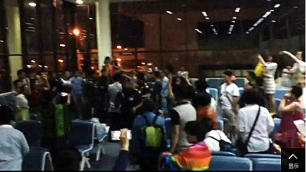 """曼谷/中国游客在曼谷廊曼机场大唱国歌""""维权""""的视频截图。..."""