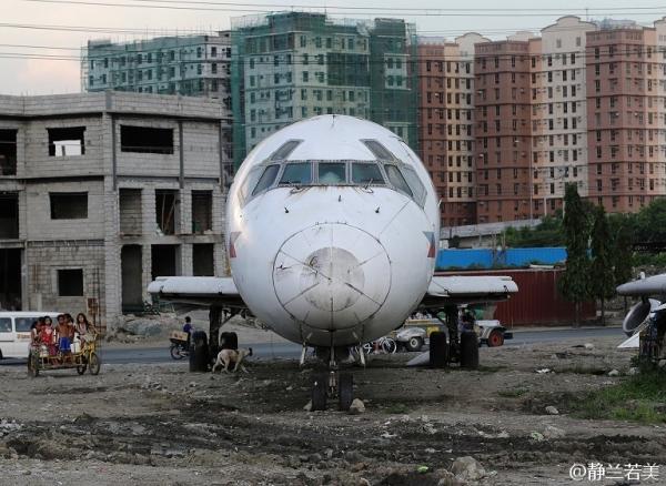 """菲律宾:年久失修 退役""""DC-9""""飞机停放郊外"""