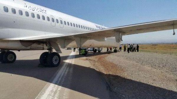 伊朗空旅航空MD82偏离跑道 无法移动被拖走