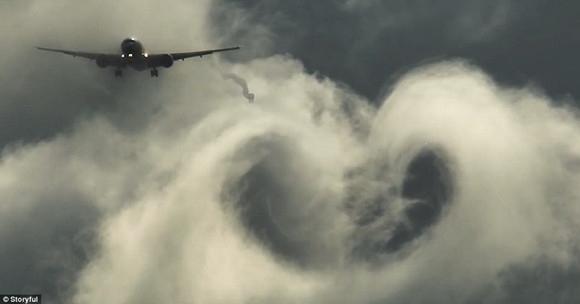 萌化! 这架777飞机降落时在天空画了颗爱心