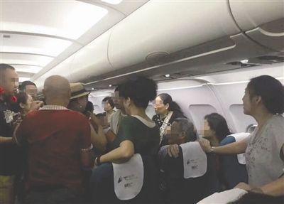 航班上因小事起冲突 中国3名游客被请下飞机