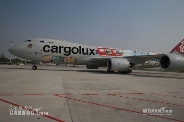 波音最大彩绘机型飞抵郑州