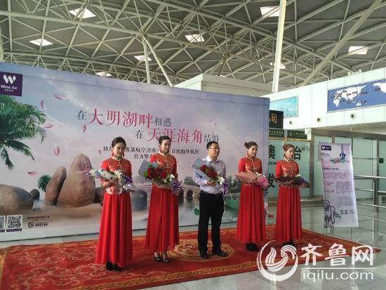 济南-三亚婚纱航班首航 空姐身穿中式婚服亮相