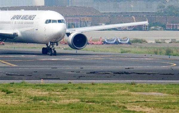 桃園機場柏油道面被強風掀翻 客機大排長龍