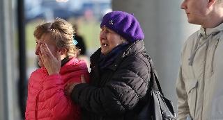 俄坠毁客机乘客家属悲痛欲绝,纷纷焦急打探和等待消息。