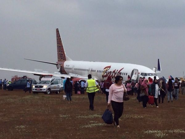 印尼客机大雨中降落 冲出跑道