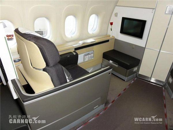 中国国航波音747-8客机采用了365座的四级客舱布局方式,其中头等