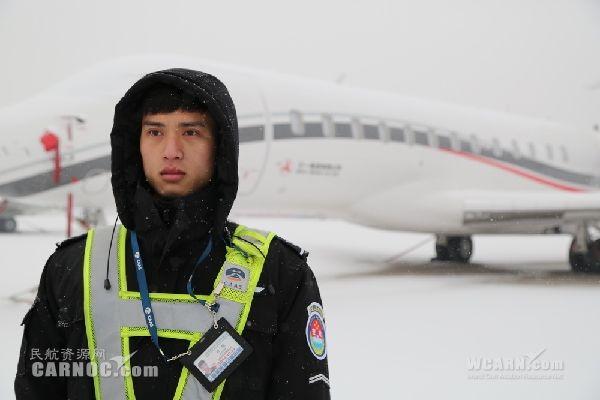 首都机场安保公司应对持续降雪 保障航班安全