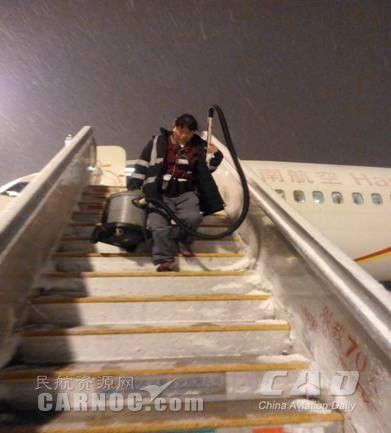 海南航空北京基地清洁队战风雪保航班