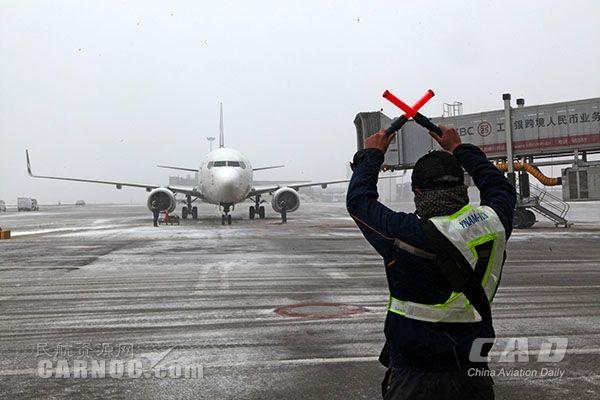 风雪中,他们守护长水机场航班畅通