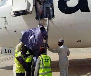 """非洲航企的""""日常"""":搭单梯让乘客爬下737"""