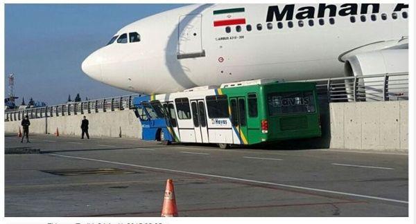 土耳其机场内客机冲出跑道 轧上摆渡车