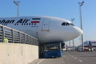 马汉航空A310撞穿围墙 花式碾压摆渡车