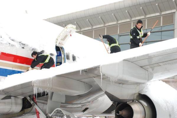 民航资源网2015年12月29日消息:伴随着冷空气的到来,给生活带来变化和乐趣的冰和雪,对民航飞机来说,它可能一下子就变成了完完全全的杀手。旅客也会因不了解冰雪霜天气的飞机操作流程而投诉。   一、冰雪霜天气的危害   可怕的是冰和雪极大的威胁着飞机的安全运行,跑道道面结冰和大量结雪就是其中之一。这一点已被人们所熟悉并且一直在采取措施。更危险的是附着在飞机上的冰、雪、霜等污染物,尤其是它们附着在飞机的关键表面。测试数据表明,大翼前缘及上表面的冰、雪或霜的表面厚度与粗糙程度与中或粗砂纸相近,会减小大翼升
