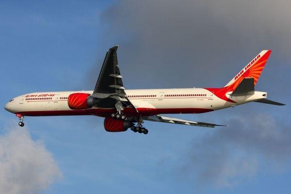 Duang一声巨响 餐车撞上了印航波音777客机