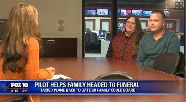奔丧母子错过转机 飞行员为其调转机头重回机场