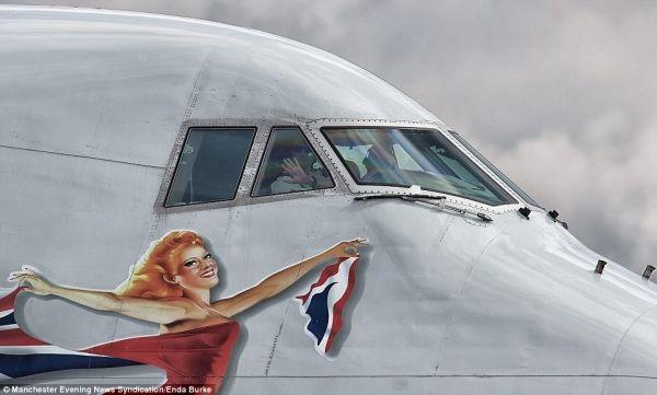最振奮人心的瞬間:飛行員駕駛艙內揮手致意
