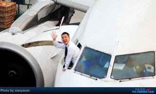 """中国飞机摄影发烧友拍摄的飞行员挥手照片。来源:民航资源网网友""""xiaoyaxun"""""""