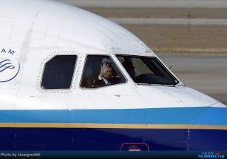"""中国飞机摄影发烧友拍摄的飞行员挥手照片。来源:民航资源网网友""""zhangmx969"""""""