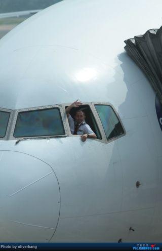 """中国飞机摄影发烧友拍摄的飞行员挥手照片。来源:民航资源网网友""""oliverkang"""""""