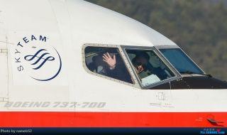 """中国飞机摄影发烧友拍摄的飞行员挥手照片。来源:民航资源网网友""""namelz52"""""""