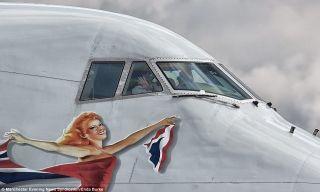 """伯克不仅有幸一睹维珍大西洋航空""""过生日的女孩""""涂装的风采,还得到了飞行员的回应。"""