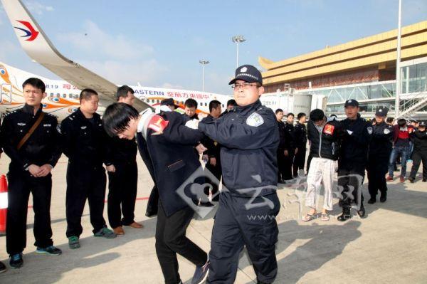 警方包4架飛機押解300名詐騙犯回國