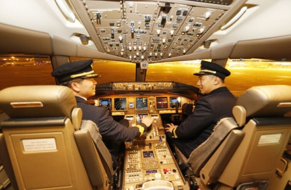 民航资源网2016年1月14日消息:2016年1月13日,东航山东分公司组织媒体记者和货运代理商代表前往青岛流亭机场亲身体验了当今最为先进的机型之一,波音远程宽体飞机777-300ER。据了解,自2015年12月16日起,东航波音777-300ER远程宽体客机B-2021号在青岛流亭国际机场首次华丽亮相至今已一月有余,此架飞机执行的是青岛-浦东-旧金山往返航班,乘坐过高富帅飞机的旅客都切身得到了优享体验。自1月17日后,波音777飞机青岛-浦东-旧金山航班体验活动将结束,届时将更换为A330飞机,今