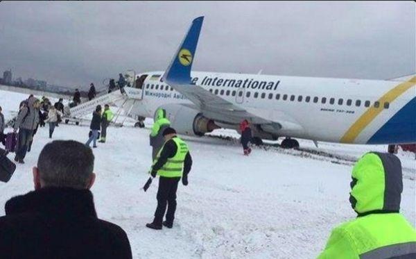 乌客机因大雪备降 不料却在降落时冲出跑道
