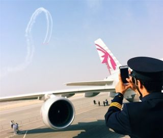 2016年巴林国际航展上的卡塔尔航空飞行员拍摄飞行员表演