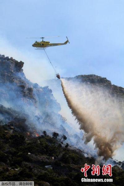 南非一列车火灾引燃山林 直升机出动救灾